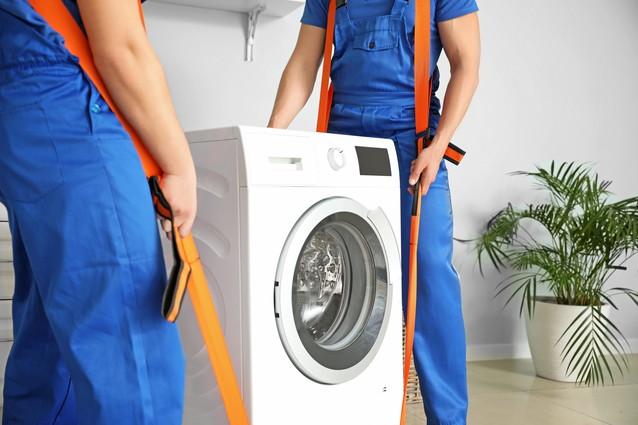 洗濯機を運ぶ業者