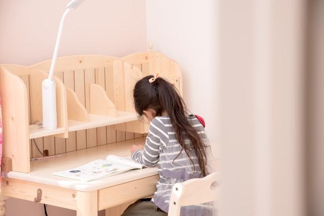 学習机で勉強する子ども