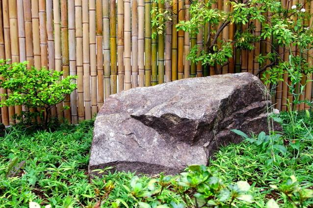 大きい庭石