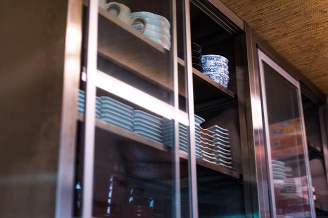 食器棚を開ける女性